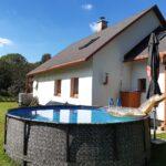 Chalupa u Lešků - bazén a chalupa
